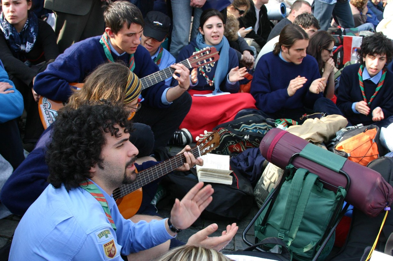 Mladí lidé hráli na kytary a zpívali.