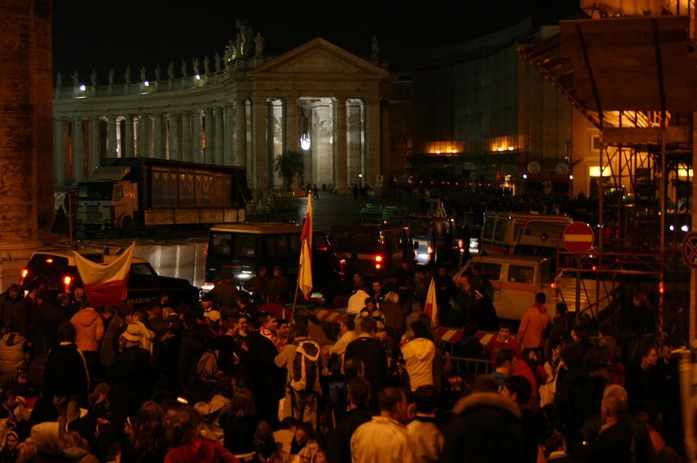 Noční čekání v ulicích Vatikánu na pohřeb.