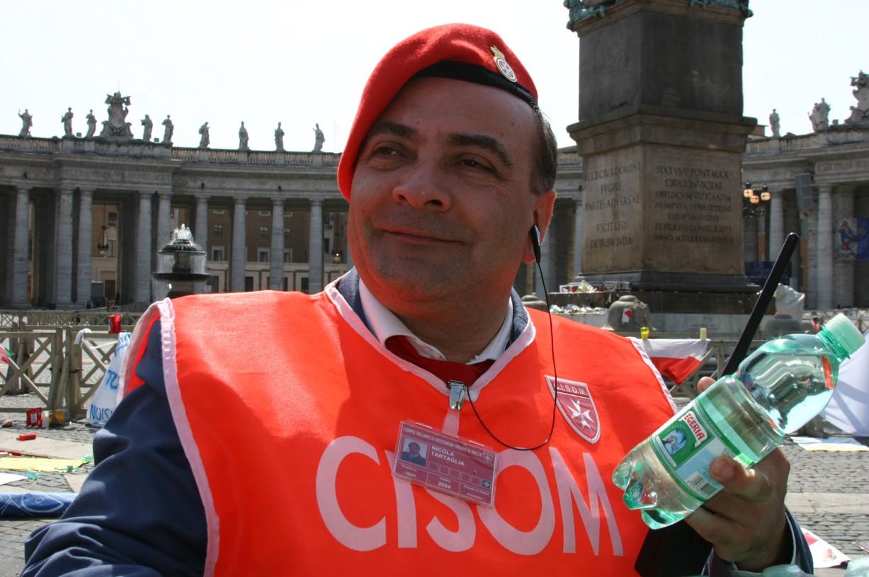 Dobrovolníci čekajícím v řadě rozdávali vodu.