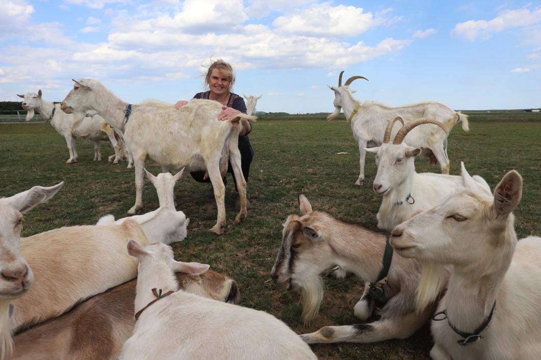 Farmářka se svými svěřenkyněmi.