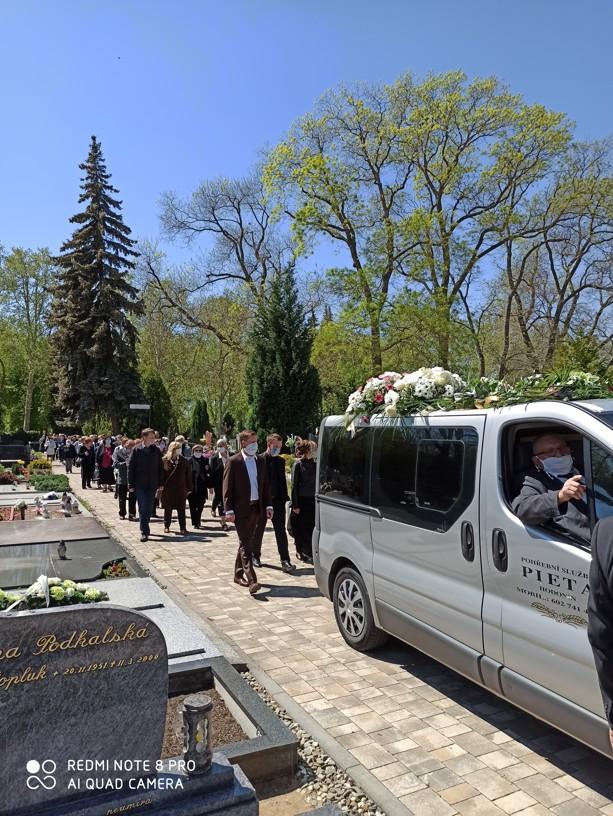 Smuteční průvod v hodonínském hřbitově. Foto: Lenka Fojtíková