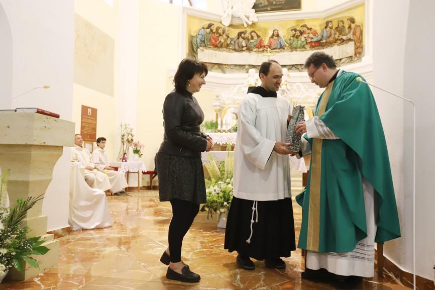 Jitka Navrátilová a Bohdan Heczko OFMConv. poděkovali knězi za mši svatou.