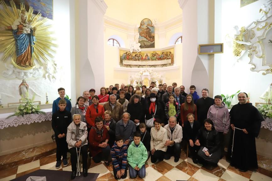 Společný snímek poutníků v kapli.