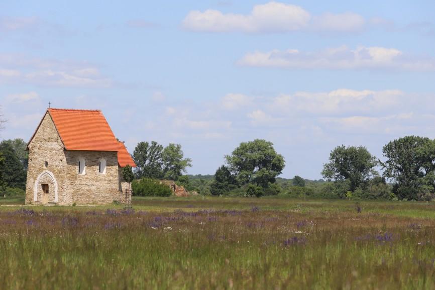 Při své návštěvě Kopčan jsem kostelík zacyhtila uprostřed rozkvetlých luk.