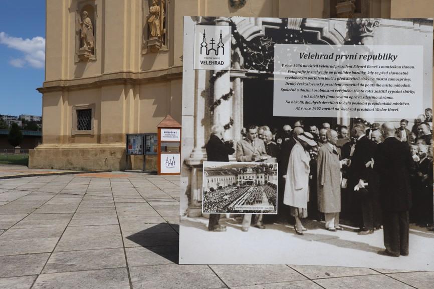 Velkoformátová výstava na nádvoří velehradské baziliky.