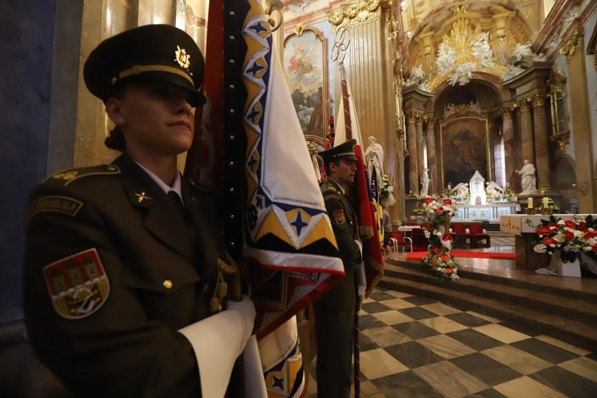 Při sobotní modlitbě za národ stála u oltáře v bazilice čestná stráž vojáků Armády České republiky.
