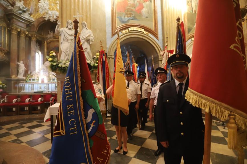Při sobotní modlitbě za vlast nechyběli v bazilice ani členové dobrovolných hasičských sborů.