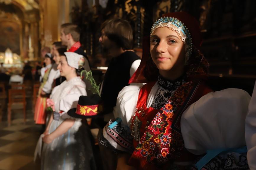 V bazilice nechyběli ani krojovaní. Na snímku je členka Slováckého krúžku Kyjov.