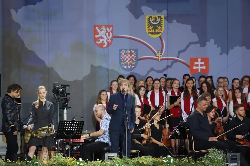 Při Večeru lidí dobré vůle vystoupil i slovenský zpěvák Miro Žbírka.