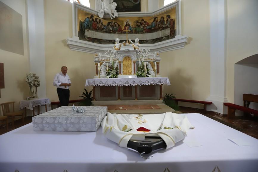 Ornát a štoly novokněze připravené k požehnání