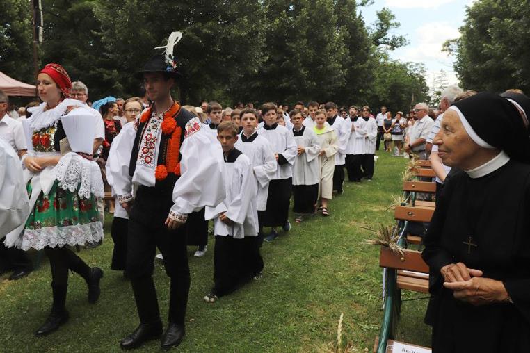 V průvodu šli krojovaní, ministranti a bezmála sto kněží.