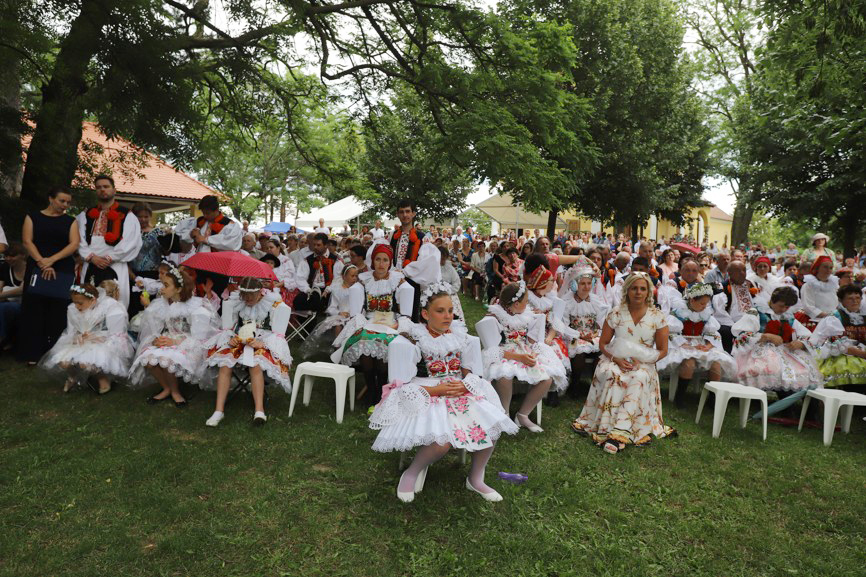 Primiční mše svaté se v kroji zúčastnily všechny generace