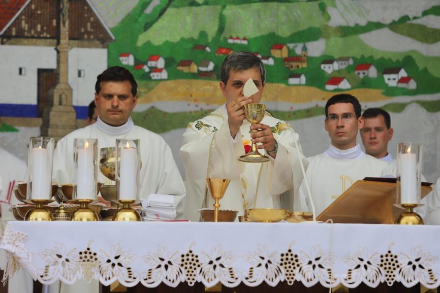 Primiční mše svatá P. Vojtěcha Radocha (uprostřed)