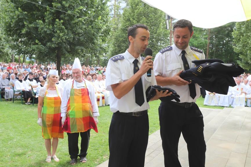 Gratulace novoknězi od dobrovolných hasičů, jejichž byl členem