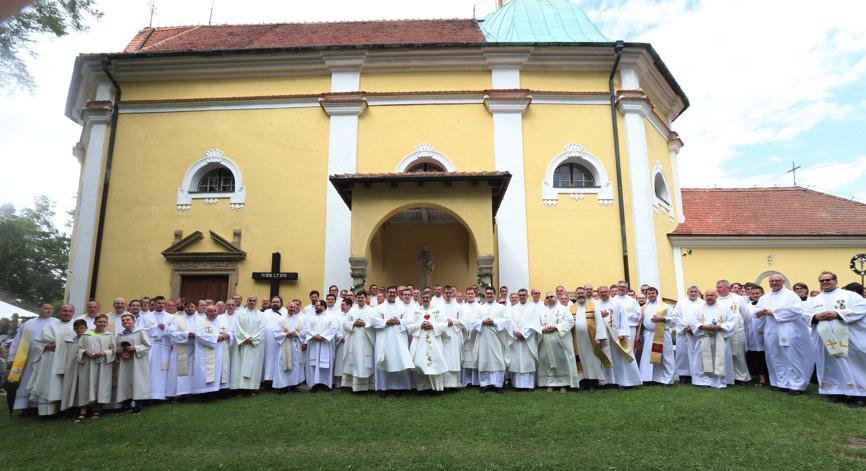 Na Antonínek přijelo okolo stovky kněží