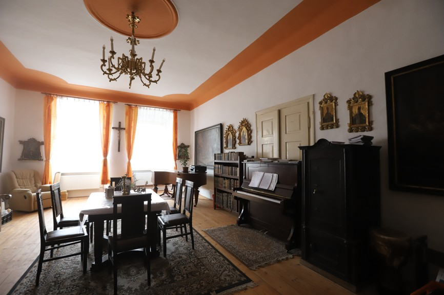 Obývací místnost fary.