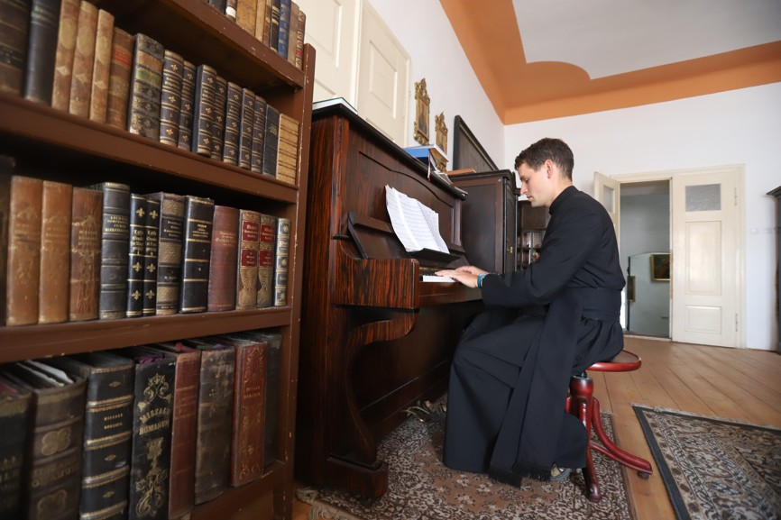 Možná ne každý ví, že pan farář P. Karel Janů hraje krásně na klavír.