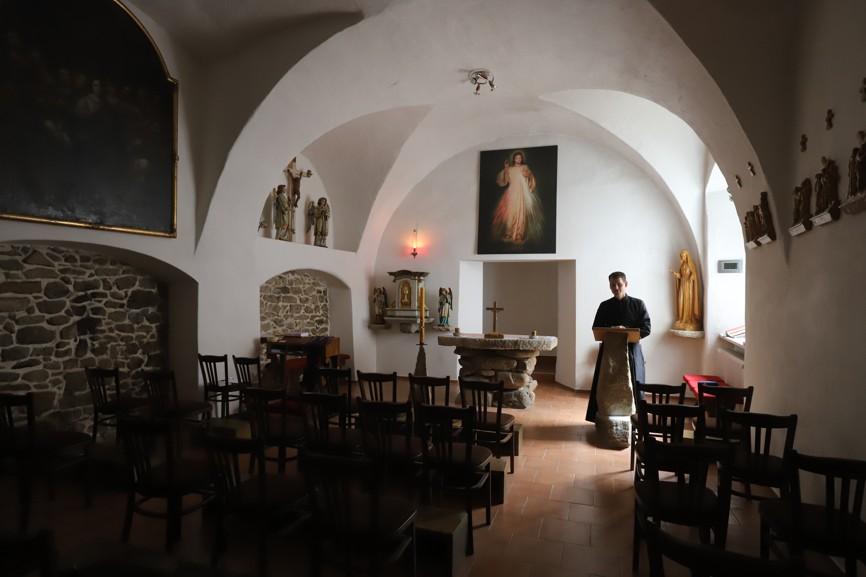 Na faře je i kaple.