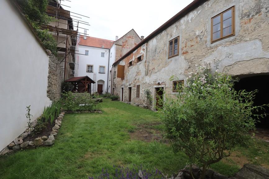 Rekonstrukcí prochází také farní zahrada, kde už je vidět kus vykonané práce.