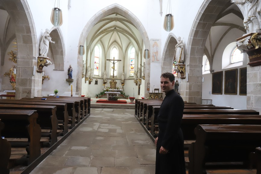 Interiér slavonického kostela Nanebevzetí Panny Marie.
