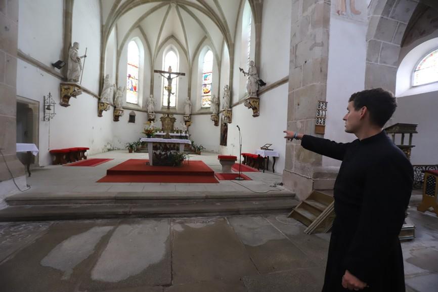 P. Janů mě upozornil na nové koberce, čalounické práce a plachty na oltáři, které ušila paní Smutná ze Vnorov.
