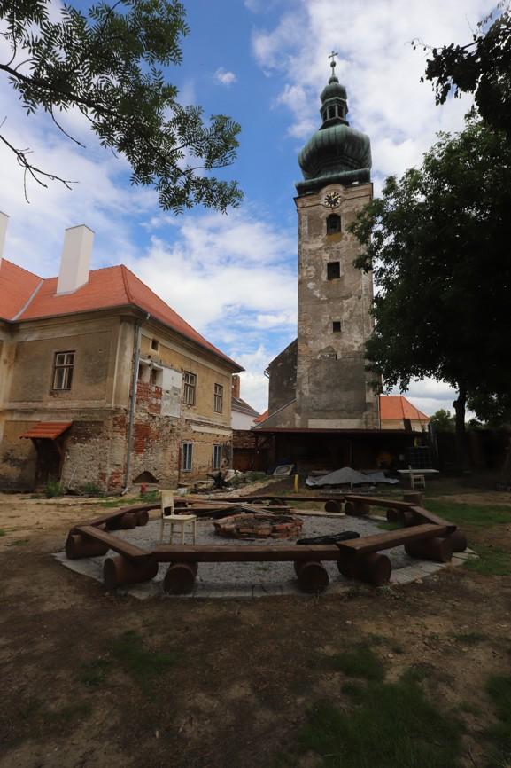 Fara a farní zahrada u kostela Interier kostelaNarození Jana Křtitele v Dešné.