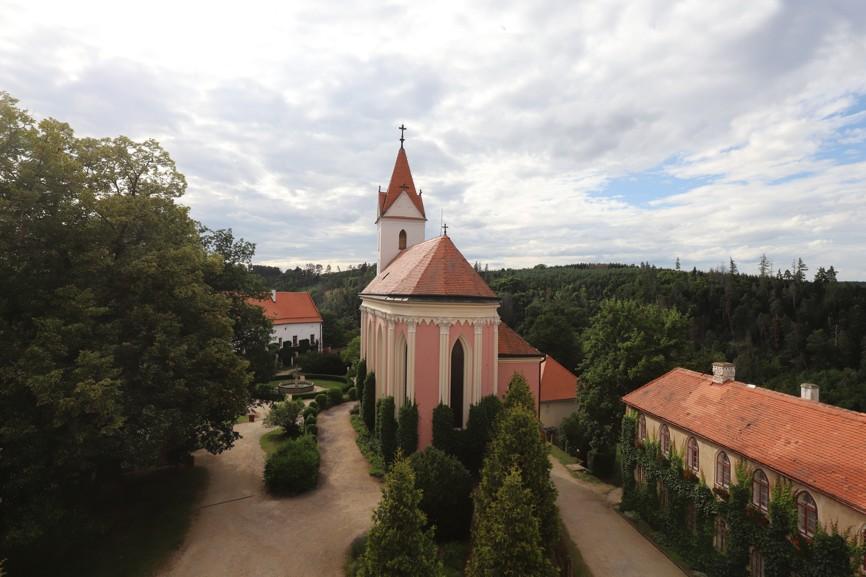 Kostel Nanebevzetí Panny Marie na hradě Bítov sloužil v minulosti poddaným.