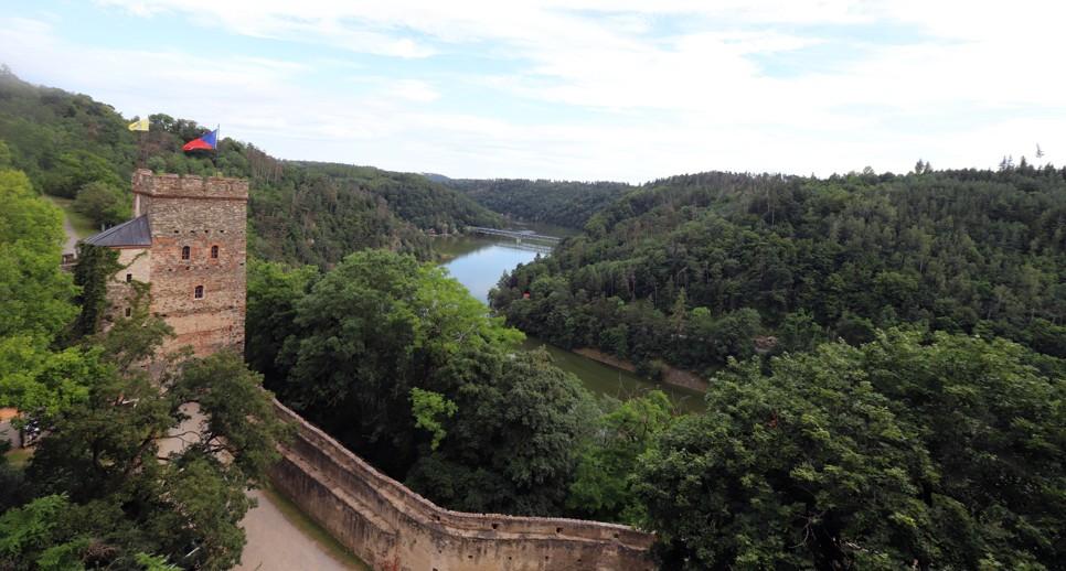 Z okna hradu je krásný výhled na okolní lesy s protékající Želetavkou.