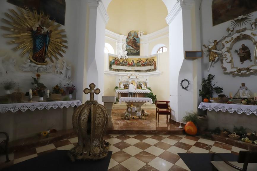 Na poutníky čekala nádherně vyzdobená kaple. Korunu z obilí (vpravo) zapůjčil P. Hubert, který po dlouhé službě v Luhačovicích nyní slouží ve Vlčnově.