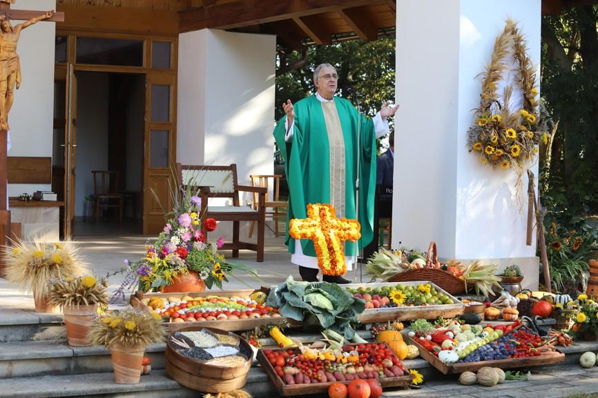 Začátek ranní mše svaté s P. Miroslavem Reifem za živé i zemřelé farníky z Ostrožské Lhoty.