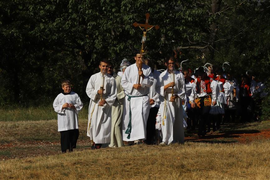 A tady už přichází pěší procesí, které vyšlo na Antonínek z blatnického farního kostela sv. Ondřeje.