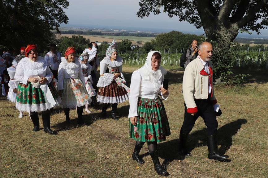 V procesí šli krojovaní z různých oblastí Slovácka, ale převažovaly samozřejmě domácí kroje.