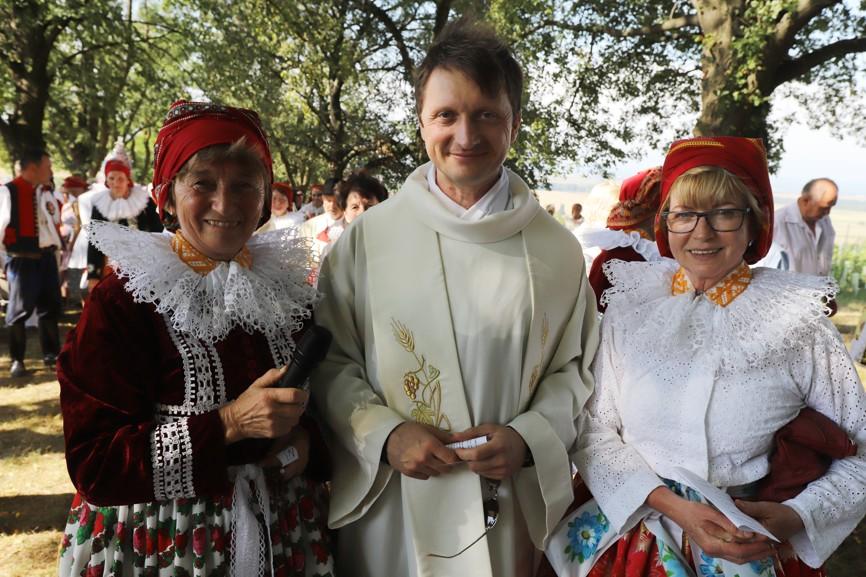 Paní Chabičová (vlevo) a Jarka Žajdlíková se chtěly u studánky vyfotit s P. Janem Kotasem.