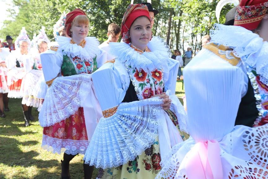 Láska k tradičnímu lidovému kroji se na Slovácku předává z generace na generaci i dnes.