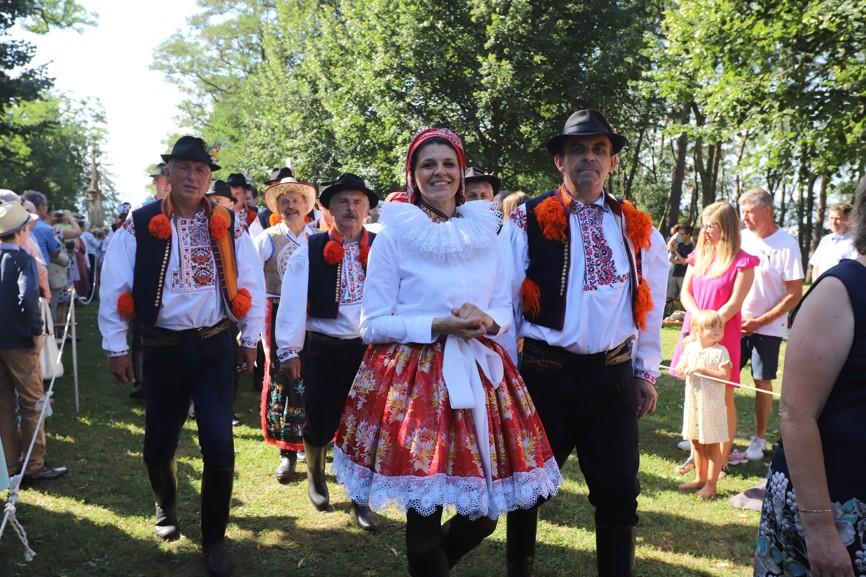 Láska k tradičnímu lidovému kroji se na Slovácku předává z generace na generaci i v jednadvacátém století.