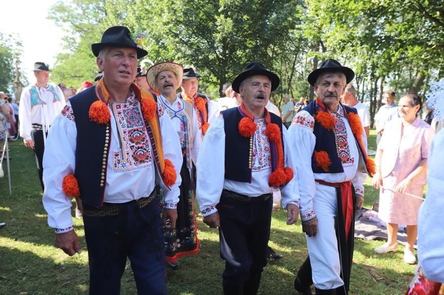 Krojovaní zpěváci z Ostrožské Nové Vsi.