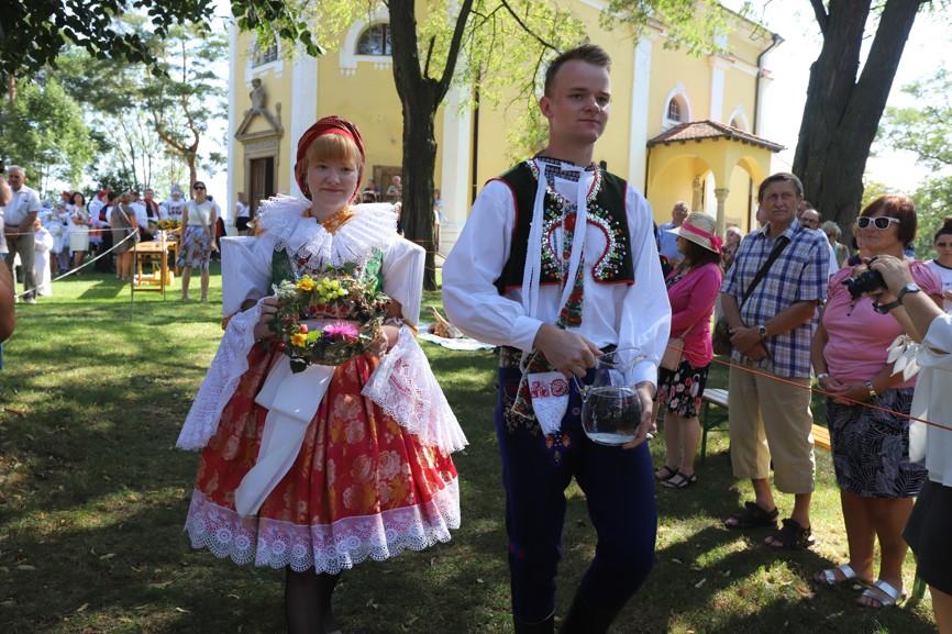 Obětní dary přinášeli krojovaní z různých částí Slovácka.