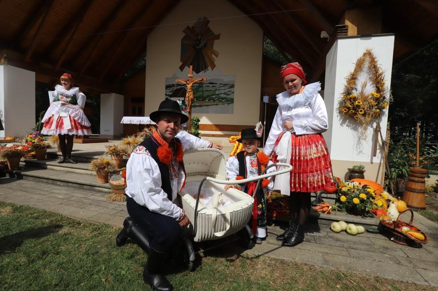 Manželé Jaromír a Veronika Žajdlíkovi vedou své děti k víře a tradicím od útlého věku.