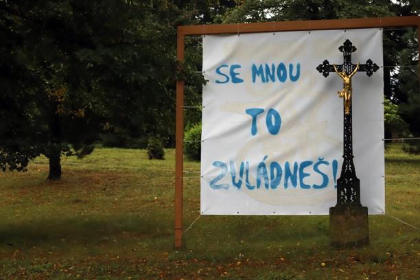 Tento transparent před kostelem povzbuzoval příchozí v době koronavirové