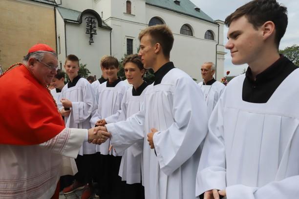 Kardinál Dominik Duka každému ministrantovi podal ruku.