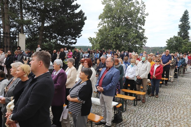 Mše svatá se po více než dvaceti letech sloužila pod širým nebem na prostranství u kostela.