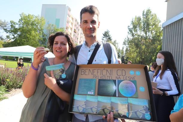 Manželé Martina a Radek Komínkovi rozdávali Martinino benefiční CD.