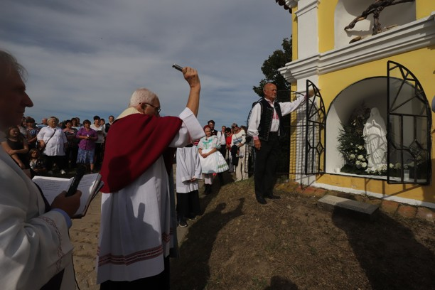 Sraz byl u kaple P. Marie, kde Mons. Jiří Mikulášek nejdříve požehnal sošku P. Marie.