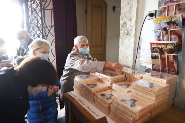 U vchodu do kostela se za padesátikorunu prodávaly Svatováclavské oplatky. Výtěžek z prodeje poputuje na zvony.