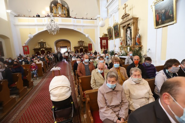 Věřící v kostele svatého Václava při žehnání nových zvonů.