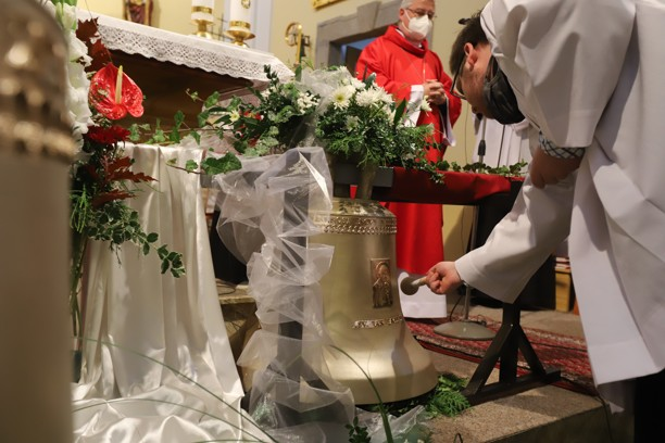 Po každé přímluvě následovalo poklepání na zvon sv. Jana Pavla II.