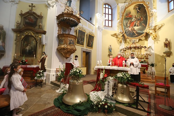 Větší zvon nese jméno patrona chrámu sv. Václava a menší sv. Jana Pavla II.