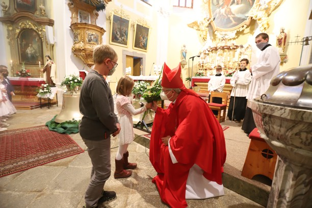 Nejmenší farníci poděkovali panu biskupovi za požehnání zvonů.