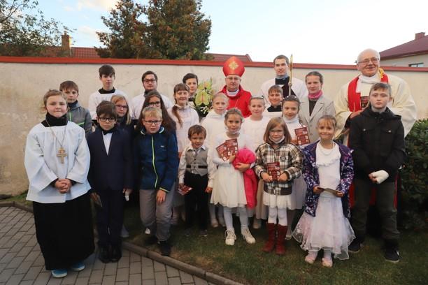 Společný snímek dětí s panem biskupem i panem farářem.