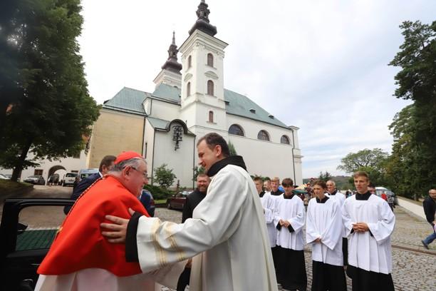 Kardinála Duku na prostranství u kostela přivítal vranovský farář P. P. Pavel Kříž OM.